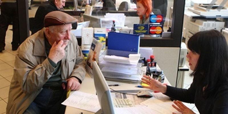 Девушка консультирует пожилого мужчину