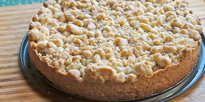 Тертый пирог из песочного теста с ревенем