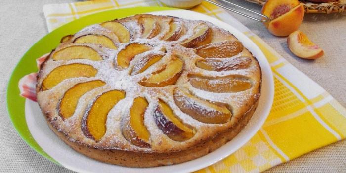 Пирог из творожного теста с персиками