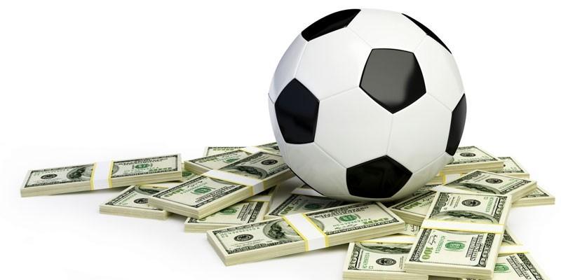 Футбольный мяч на пачках денег