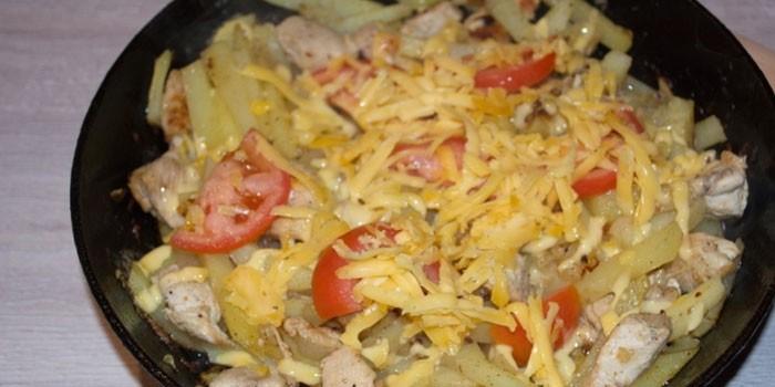 Мясо с картошкой под сыром на сковороде