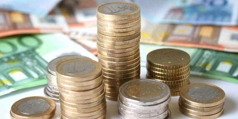 Столбики монет и денежные купюры