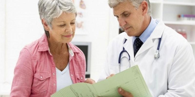 Пожилая женщина на консультации у врача