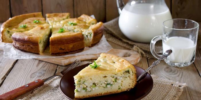 Готовый заливной пирог с яйцом и зеленым луком