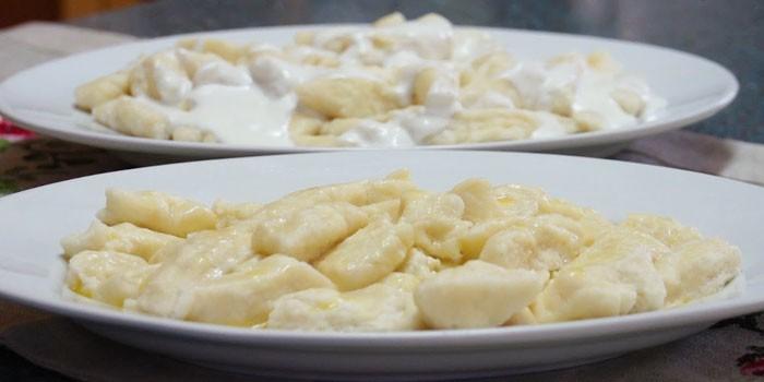 Две тарелки с солеными ленивыми варениками