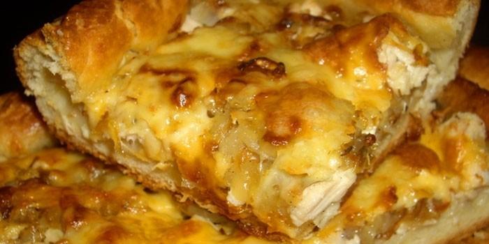Пирог с начинкой из курицы и сыра
