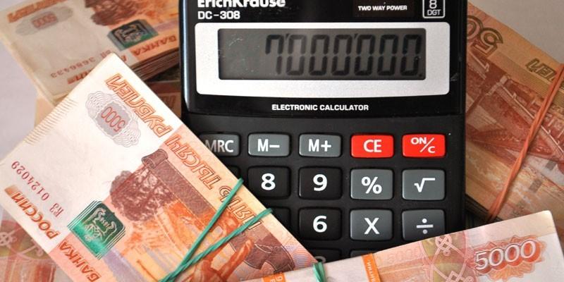 Денежные купюры и калькулятор