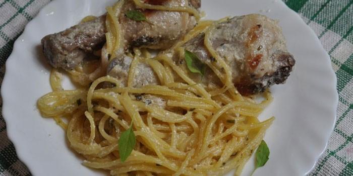 Спагетти с ножками и белым соусом