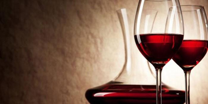 Вино в декантере и бокалах