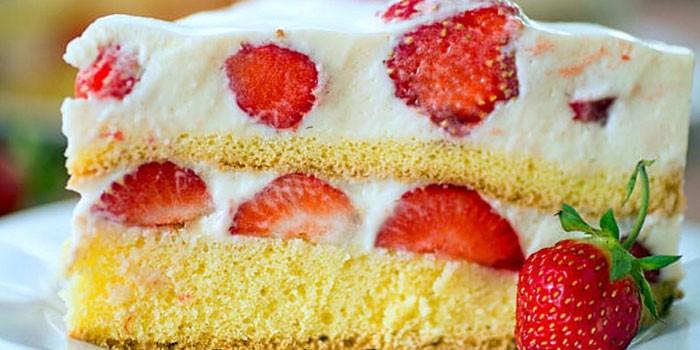Кусочек домашнего бисквитного торта с клубникой