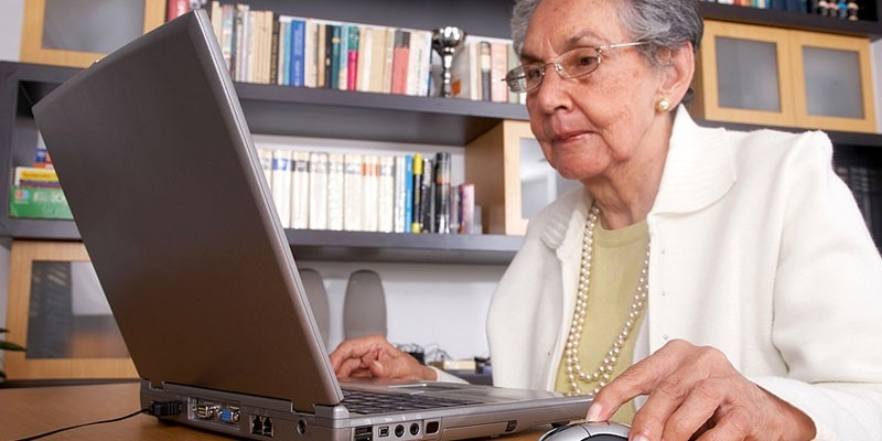 Пожилая женщина за ноутбуком