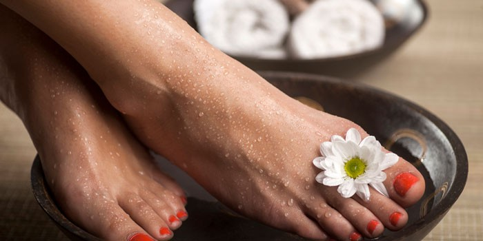 Девушка делает ванночку для ног