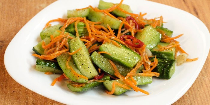 Маринованные огурцы с морковью по-корейски