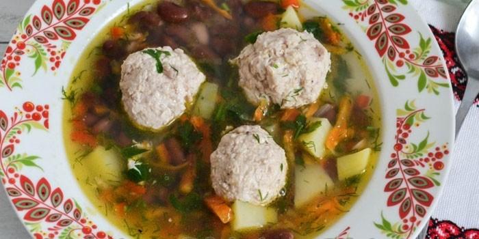 Фасолевый суп с фрикадельками в тарелке