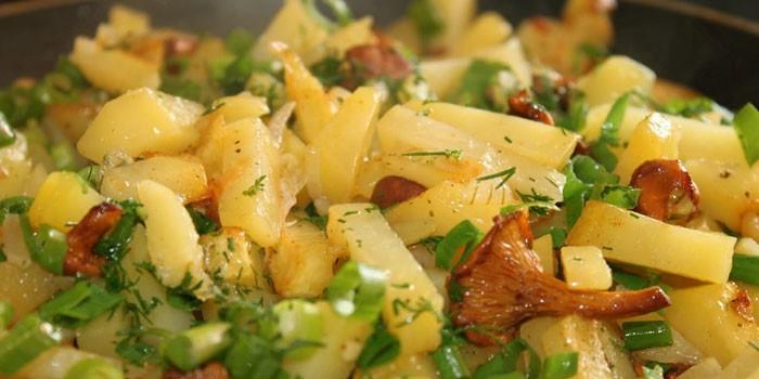 Жареная молодая картошка с зеленью и лисичками