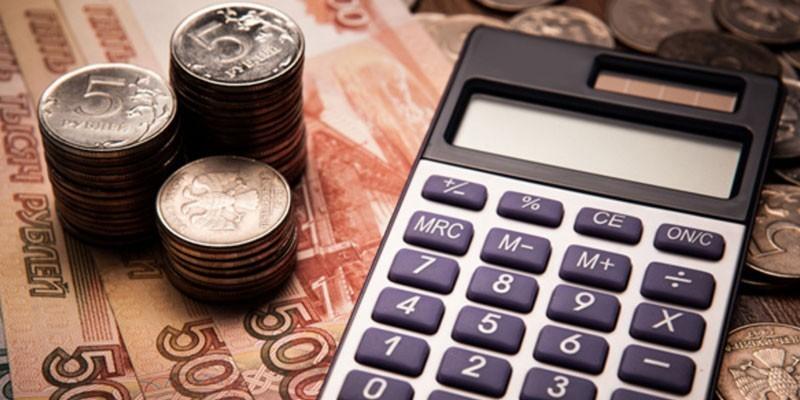 Банкноты, монеты и калькулятор