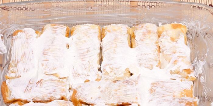 Запеченные в духовке со сметаной блинчики с творожной начинкой