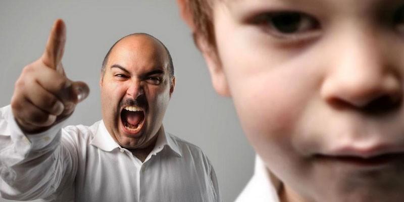Мужчина кричит на ребенка