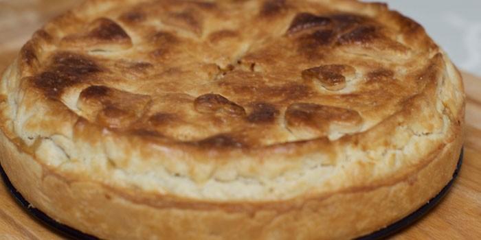 Закрытый пирог из дрожжевого теста и начинкой из куриного мяса