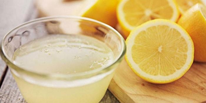 Половинки лимонов и лимонный сок
