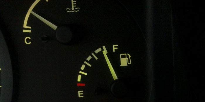 Датчик топлива на панели автомобиля