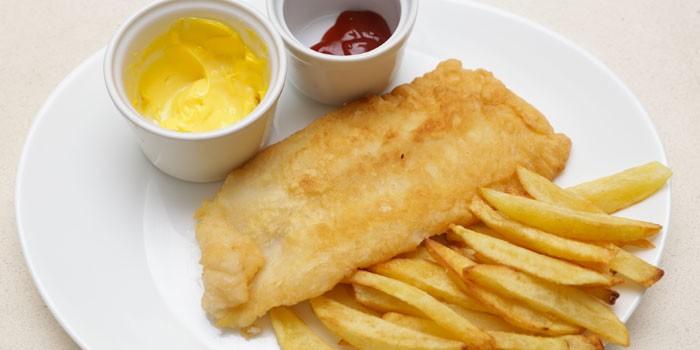 Жареное филе рыбы с картофелем фри