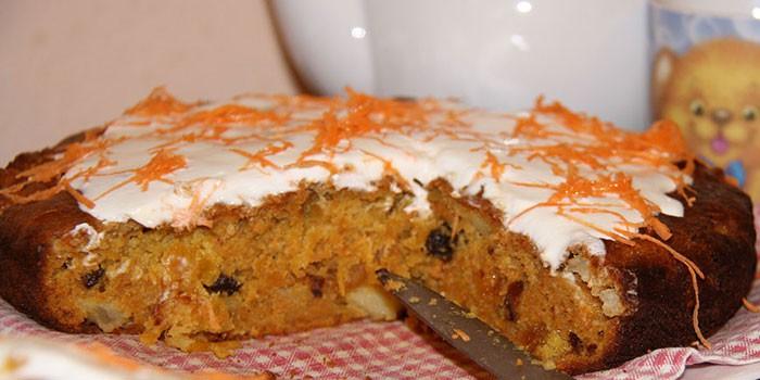 Готовый морковный пирог с яблоками и цедрой апельсина