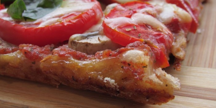Пицца с томатами и шампиньонами