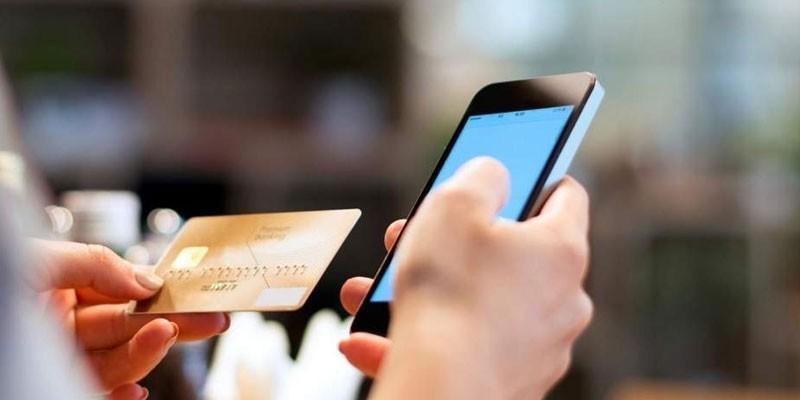 Карточка и смартфон в руках у женщины