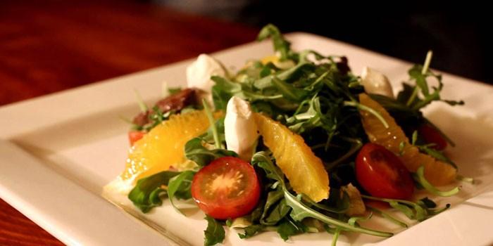 Салат с моцареллой, апельсинами и рукколой