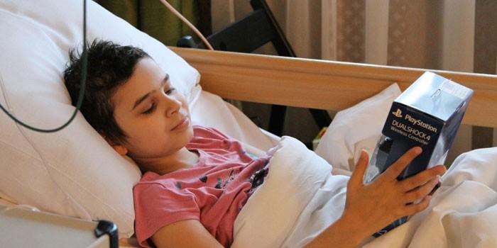 Больной ребенок лежит в кровати