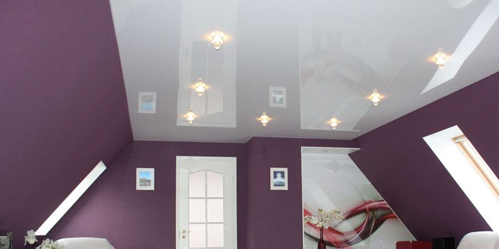 Белый глянцевый потолок в интерьере