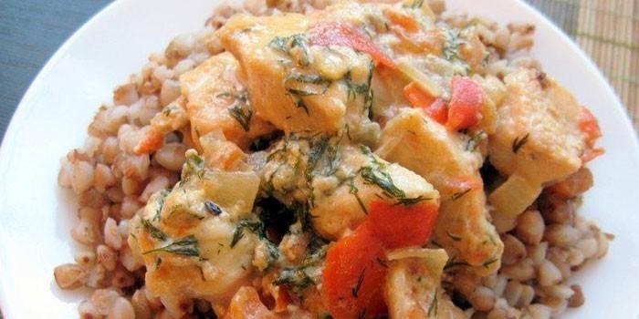 Приготовленное на сковороде куриное филе с гречневой кашей и овощами
