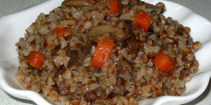 Тушеная гречневая каша с шампиньонами и куриным мясом