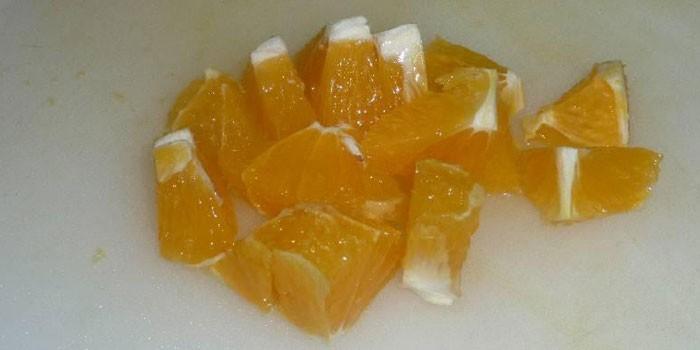 Нарезанные кубиками апельсинами