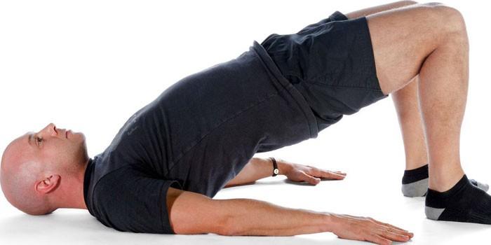 Мужчина делает упражнения для улучшения потенции