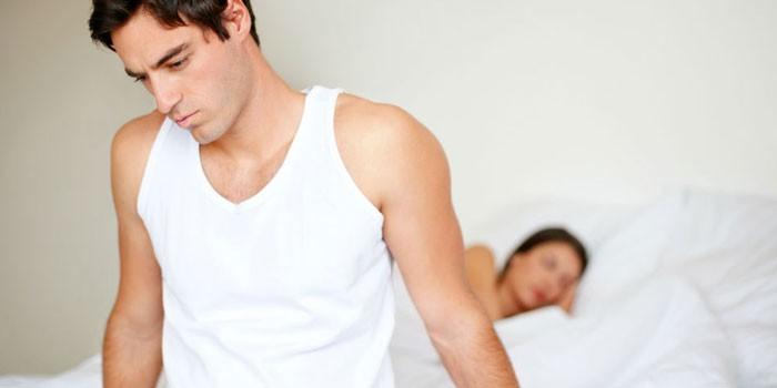 Парень и девушка в спальне