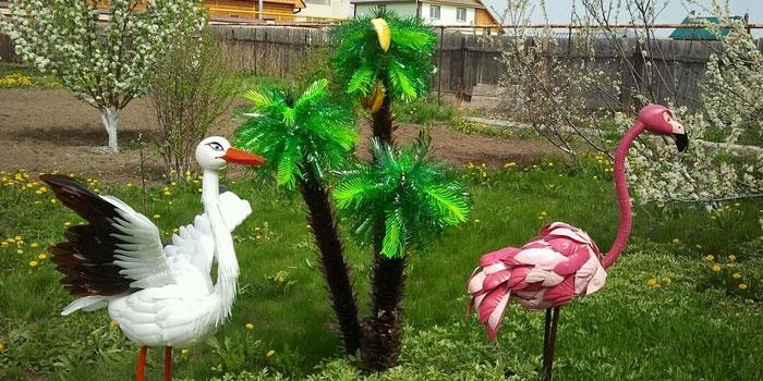 Пальма, журавль и фламинго на приусадебном участке