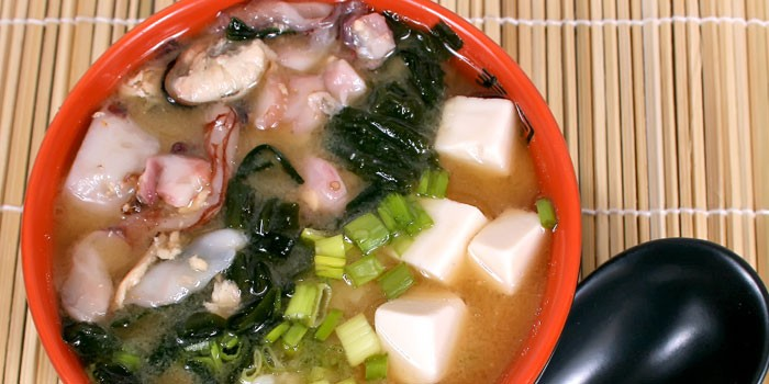 Приготовленный с морепродуктами, нори и тофу мисо-суп