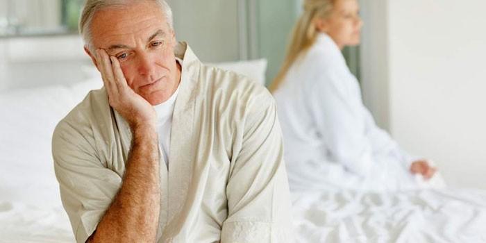 Пожилой мужчина и женщина в спальне