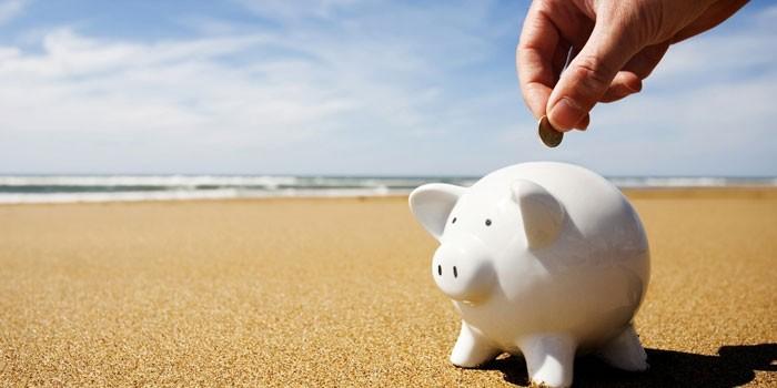 Копилка в виде свиньи на пляже