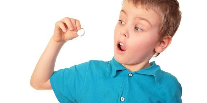 Таблетка в руках у ребенка
