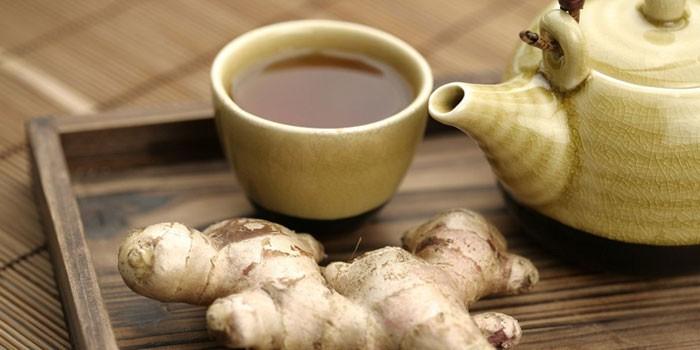 Имбирный чай в чашке и корень имбиря
