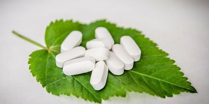 Белые таблетки на листе