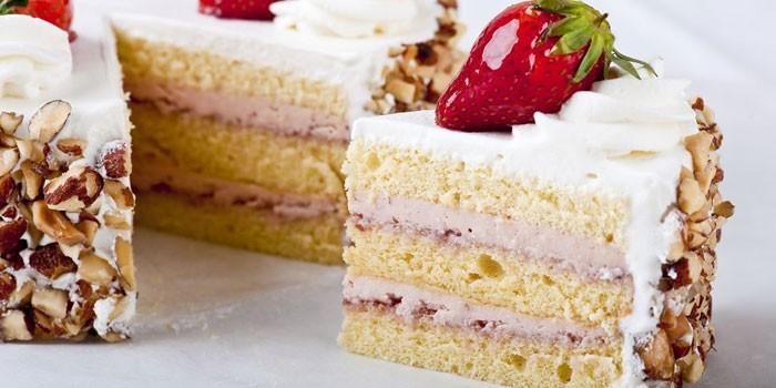 Бисквитный торт с кремом, клубникой и орехами