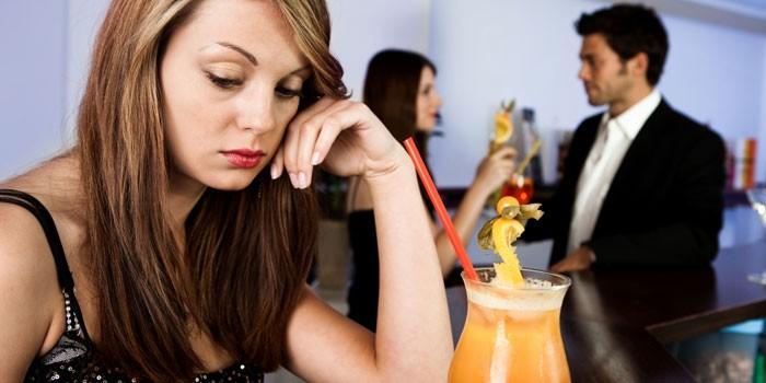 Одинокая девушка за столиком в ресторане