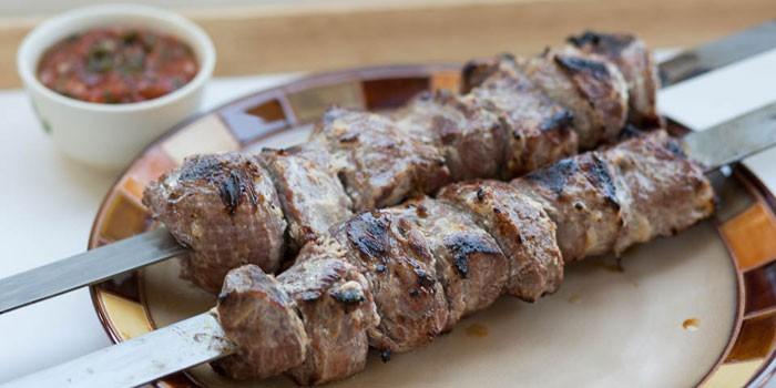 Два шампура с бараньим мясом