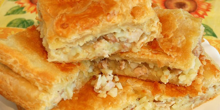 Пирог из слоеного теста с начинкой из куриного мяса