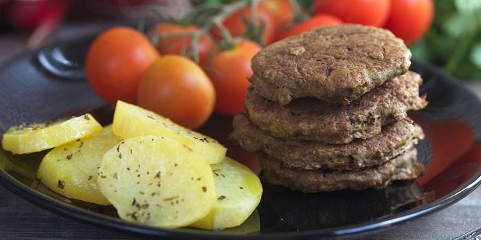 Диетические паровые печеночные оладушки с картошкой на гарнир