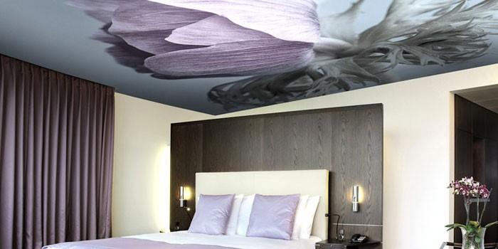 Натяжной потолок с цветной фотопечатью в спальне
